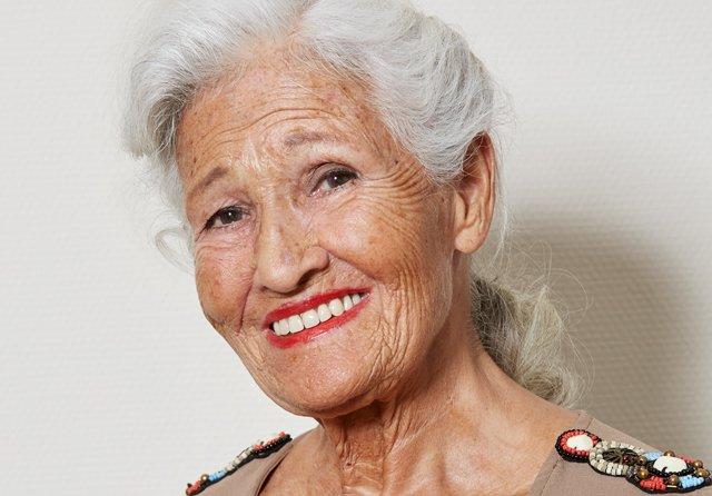 Ældre kvinde griner