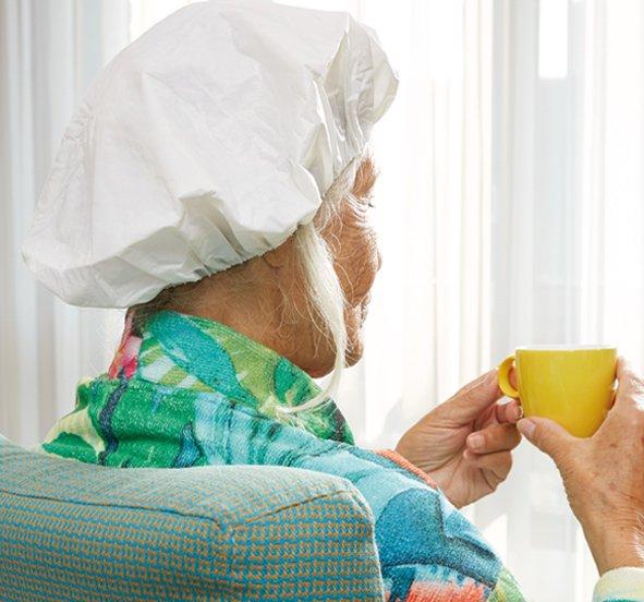 Kvinde med et vaskehårnet