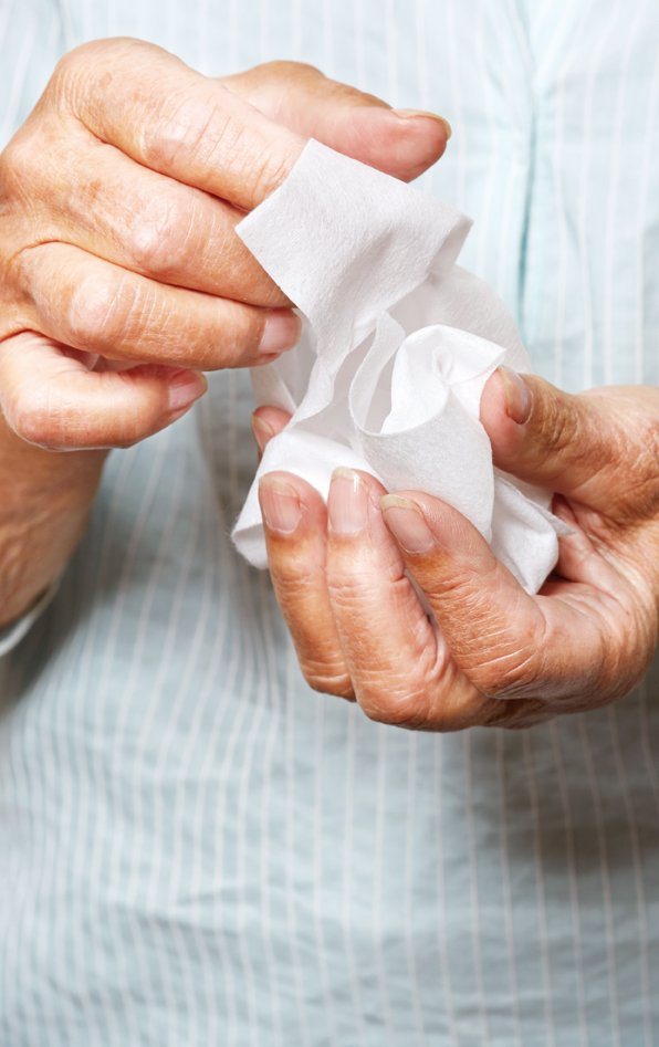 Rengøringsservietter i hænderne